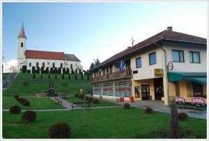 zgrada općine i crkva